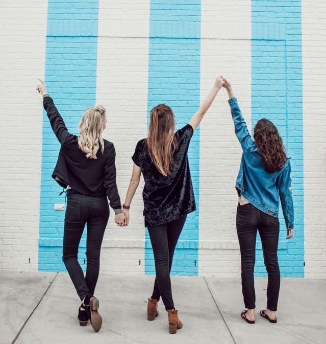 バンザイをしている3人の女性